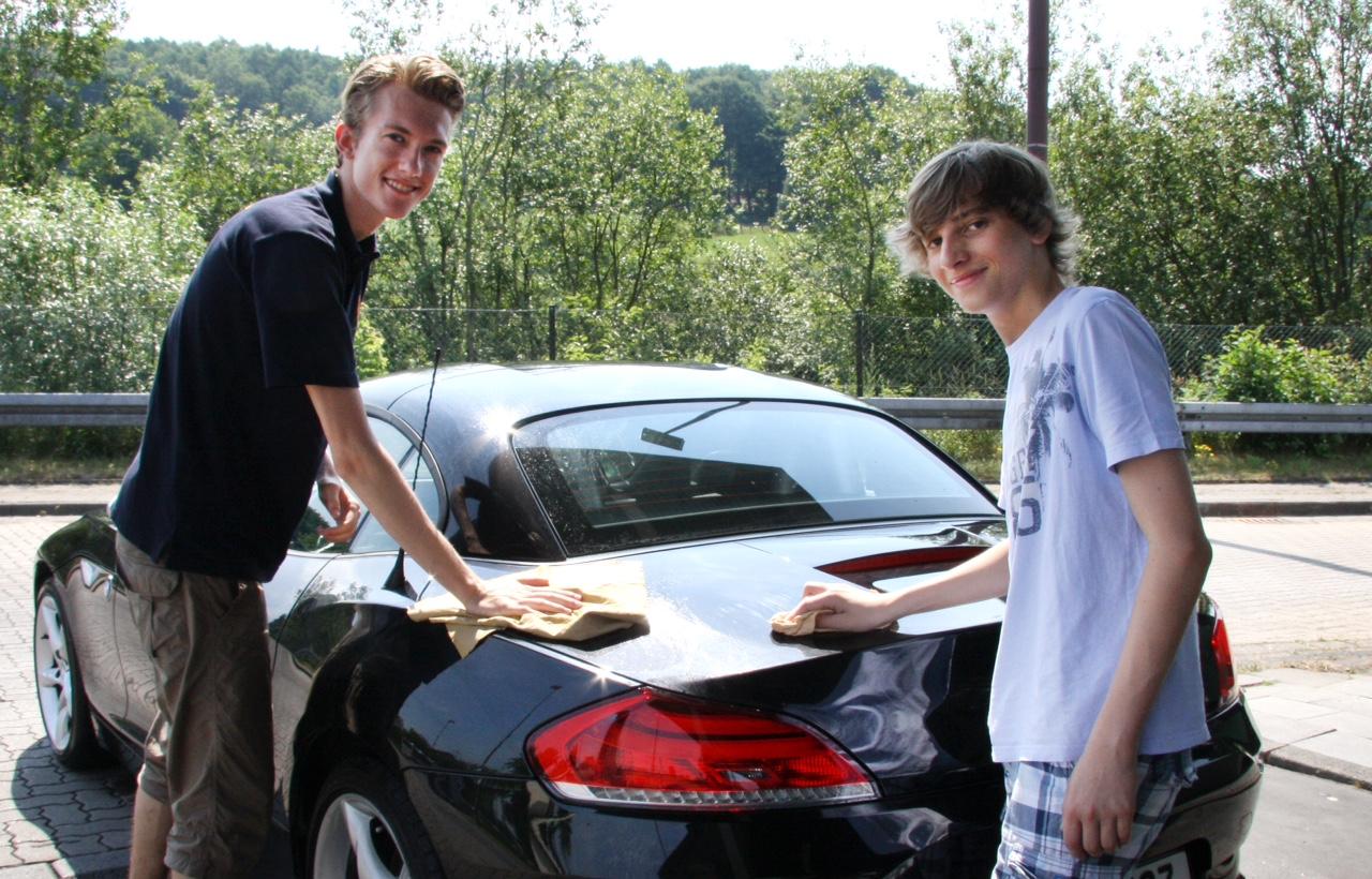 Wellness-Programm fürs Auto: Leos waschen für den guten Zweck